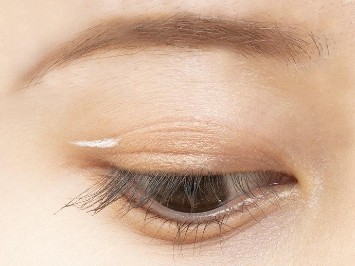 白色:個性派亮色,塗於雙眼皮線更時尚