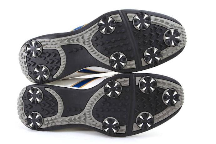 鞋底類型:「軟釘鞋」與「無釘鞋」的抓地力差異