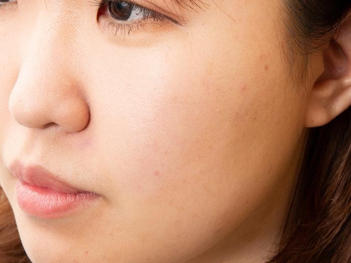 注意粉底的妝效,優先選擇霧感或低調光感