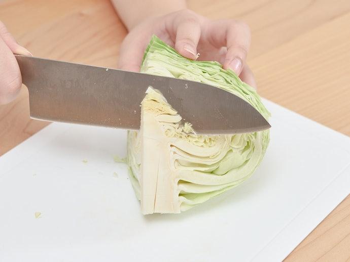 配合刨刀寬度修飾食材,事先取下菜心或果核