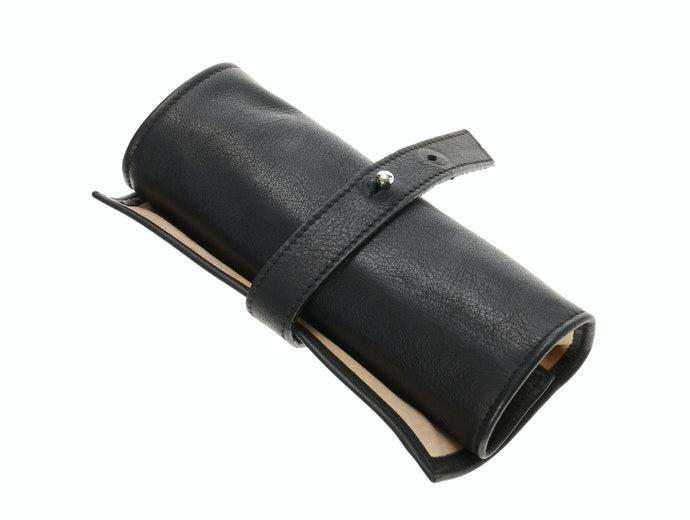 散發休閒風格的綁帶式捲筒筆袋
