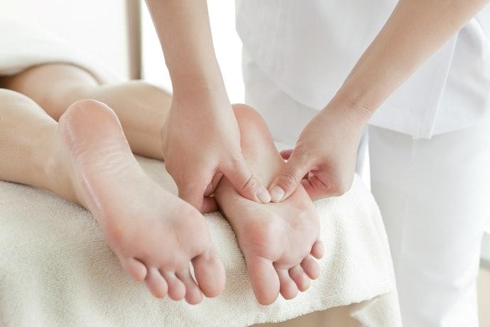 足部穴道保健:選擇附顆粒的按摩襪