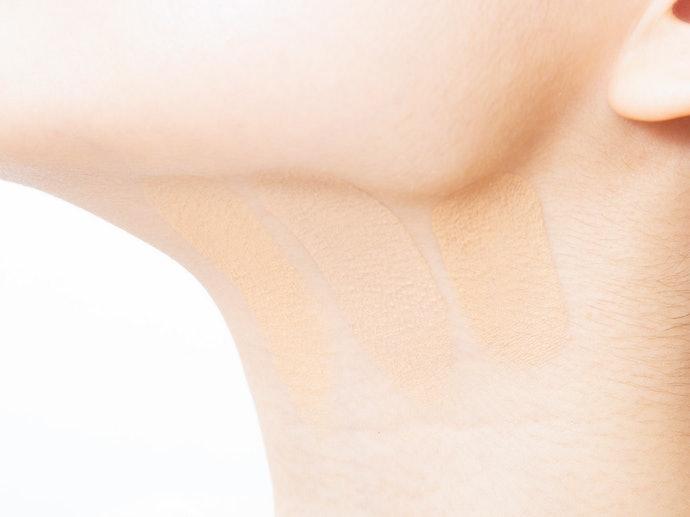 慎選色號,以頸部膚色為基準,避免暗沉或泛白