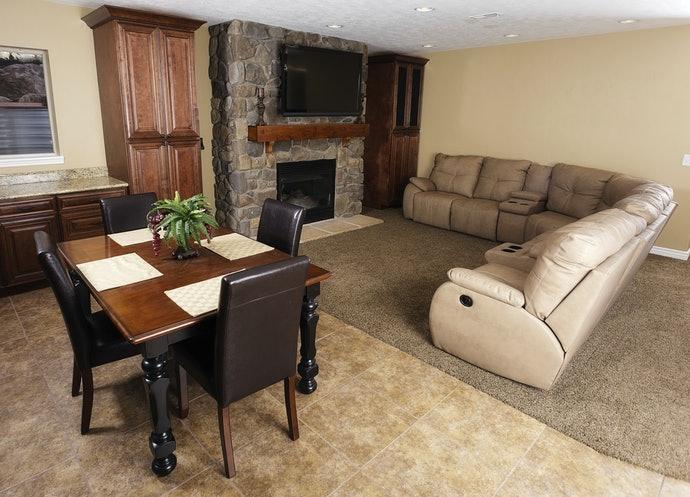 若將沙發放在房間中心,以配合裝潢顏色為原則