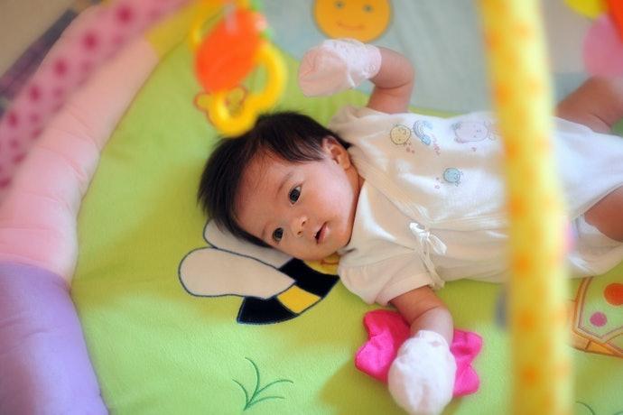 0~3個月:可刺激感官的吊掛玩具和健力架