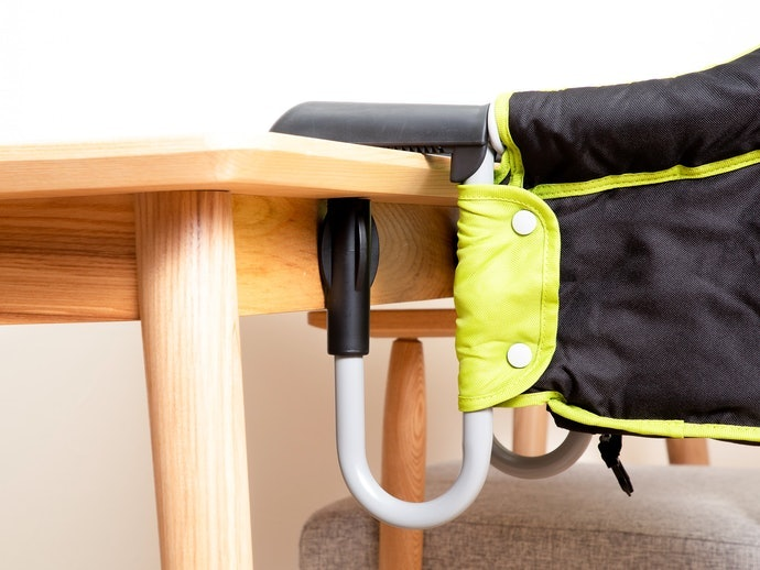 【活動型實測結果】固定於餐桌上的鎖具以旋轉式操作較為輕鬆;腰間安全帶設計較高的款式需多加注意