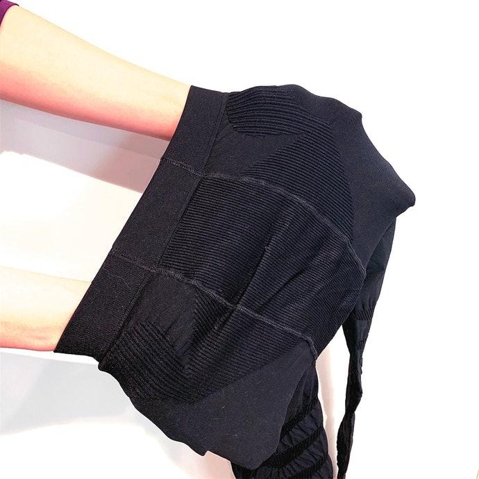 布面很緊而需要花點時間習慣;但材質的伸縮性良好,不必擔心變形
