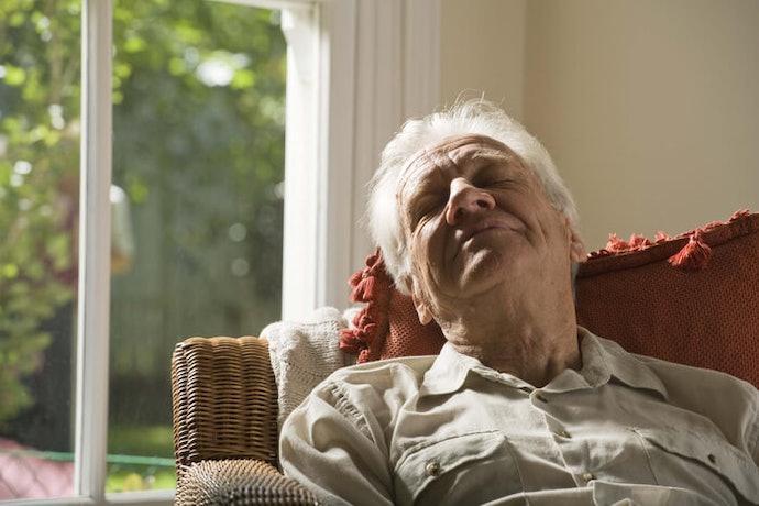 「高背椅」有助於全身放鬆,「低背椅」活用度廣泛