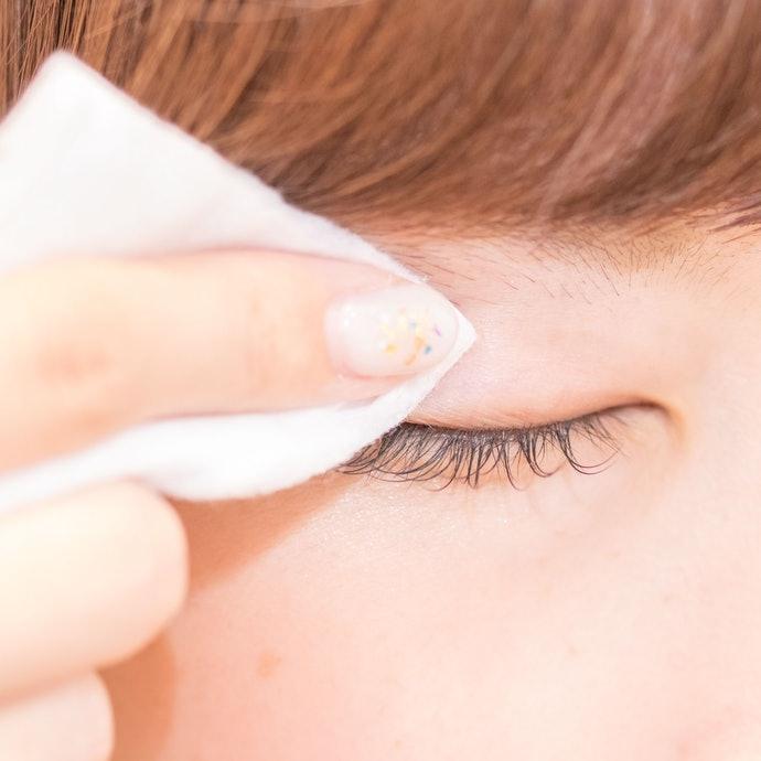 確實清除眼皮上的皮脂