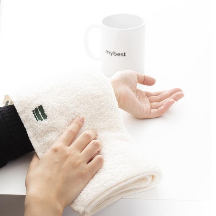 利用熱毛巾改善眼周的血液循環