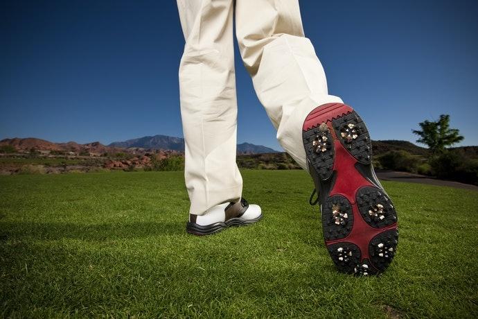鞋底柔軟度:「硬底鞋」與「軟底鞋」對足部衝擊與揮桿力道的影響
