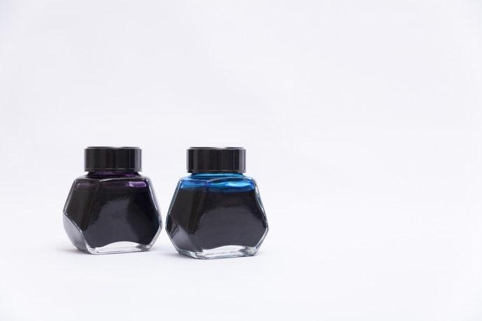 瓶裝墨水:顏色選擇多樣,有客製化調色服務
