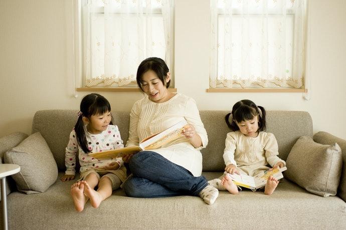 矮沙發讓家人共度休閒時光