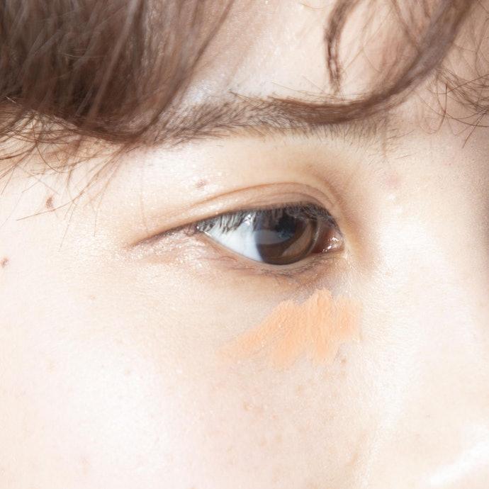 青紫、咖啡色眼圈:利用橘色、粉色遮瑕膏改變氣色