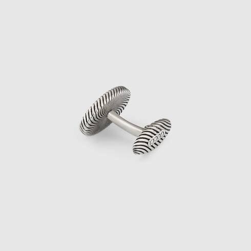 鈕扣式袖扣:針對袖口設計挑選相應造型