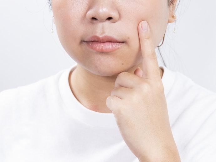 確認保濕成分內容,防止妝後肌膚乾燥不適