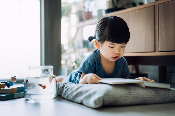 學齡前兒童 : 以生活相關主題及重複句型構成為佳