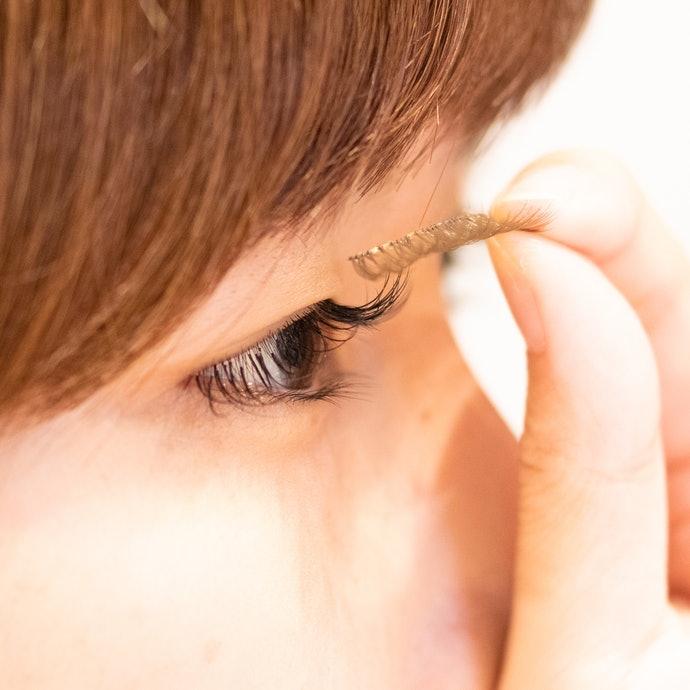 搭配假睫毛或嫁接睫毛亦可壓低貼片存在感