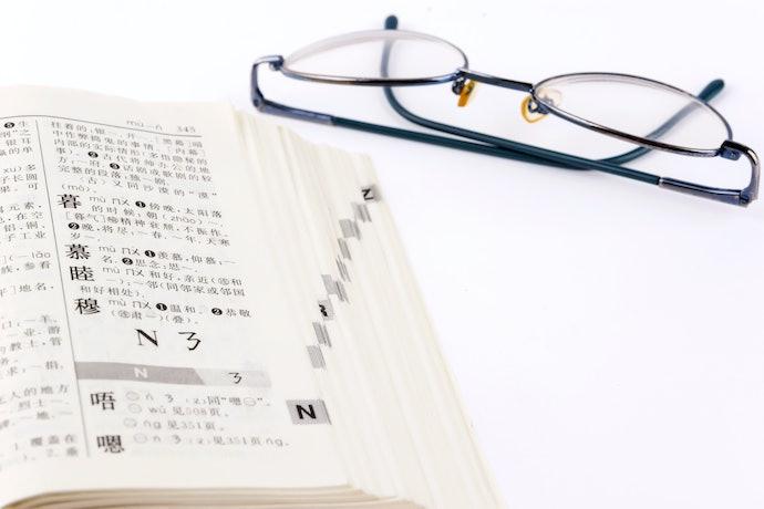 中高年級:僅難字標注音,慣用語及例句多為佳