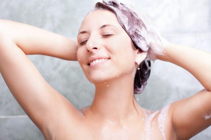 泡沫洗髮精:徹底洗淨汙垢