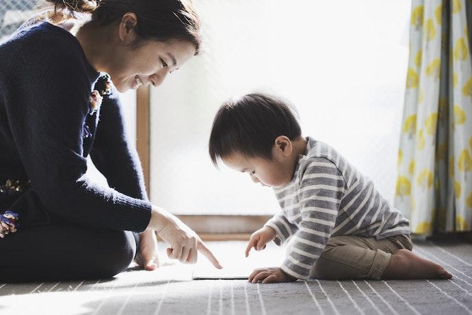 依孩子的年齡與發展階段,參考適合的育兒書籍