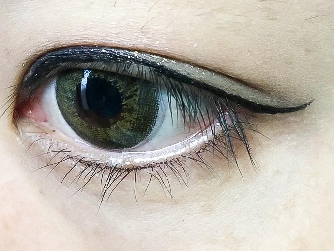 入夜後上眼線仍完好;下眼線雖有部分脫落但不至於變成熊貓眼